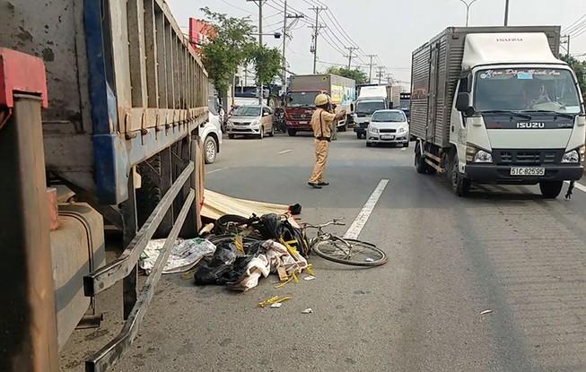 Xe tải cán chết người đàn ông đi xe đạp nhặt ve chai