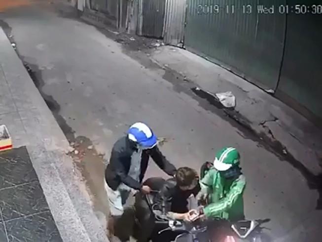 Tài xế mặc áo Grab chở đồng bọn gí dao cướp xe máy ở Bình Tân
