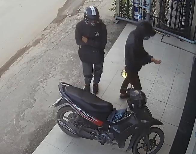 Hai tên cướp tiệm vàng ở Hóc Môn gây án như thế nào