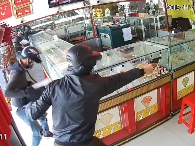 2 nghi phạm nổ súng cướp tiệm vàng ở Hóc Môn bị bắt