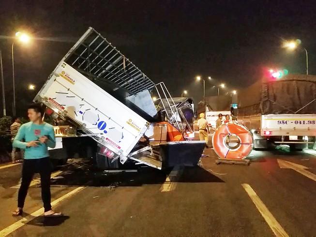 3 cuộn thép hàng chục tấn rơi đè xe tải ở Bình Tân