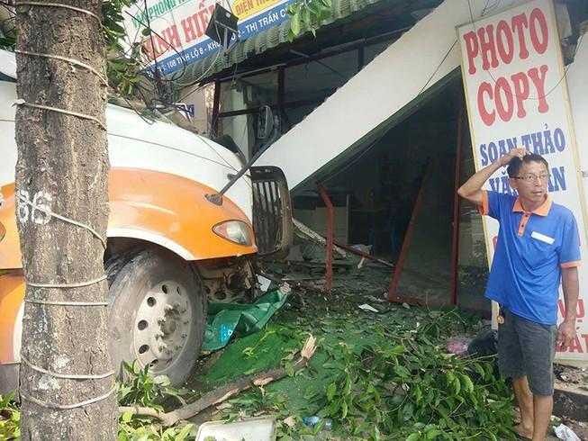 Xe đầu kéo lao vào nhà dân ở huyện Củ Chi