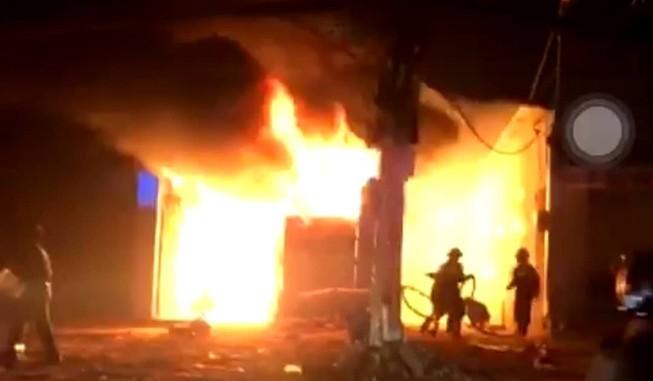 Cháy xưởng gỗ, thiêu rụi hàng trăm mét vuông ở Hóc Môn