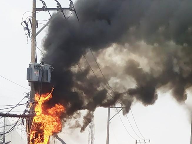 Cháy nổ cột điện ven quốc lộ 1A, dân náo loạn