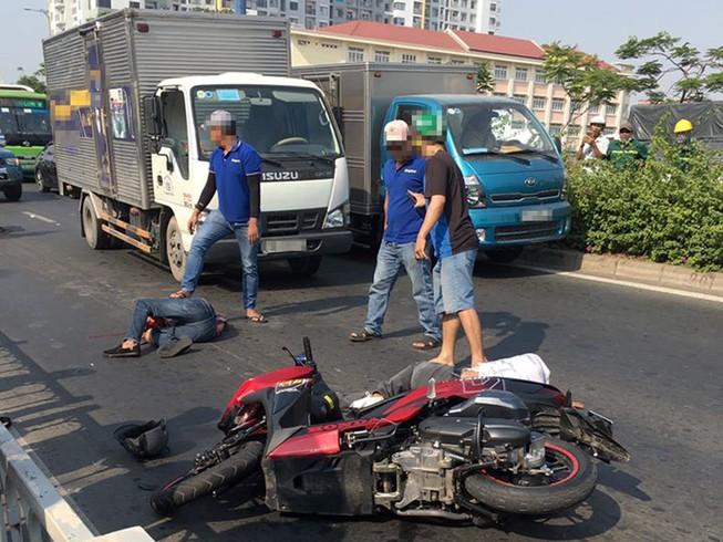 2 thanh niên nghi cướp giật gặp tai nạn ở đường Võ Văn Kiệt