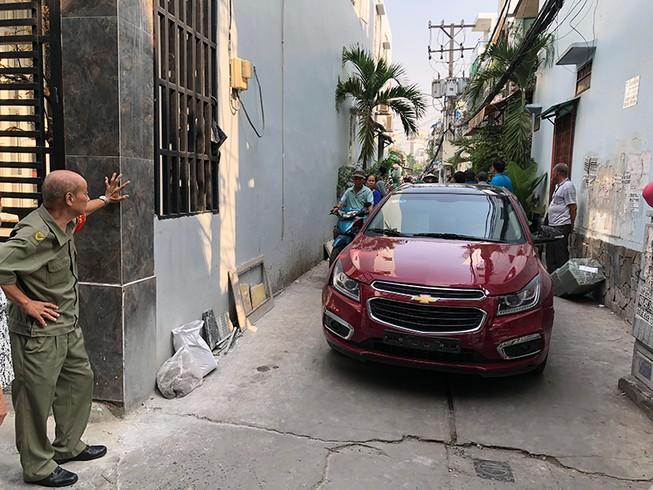 Ô tô chở thuốc lá lậu tông sập cửa nhà để tẩu thoát