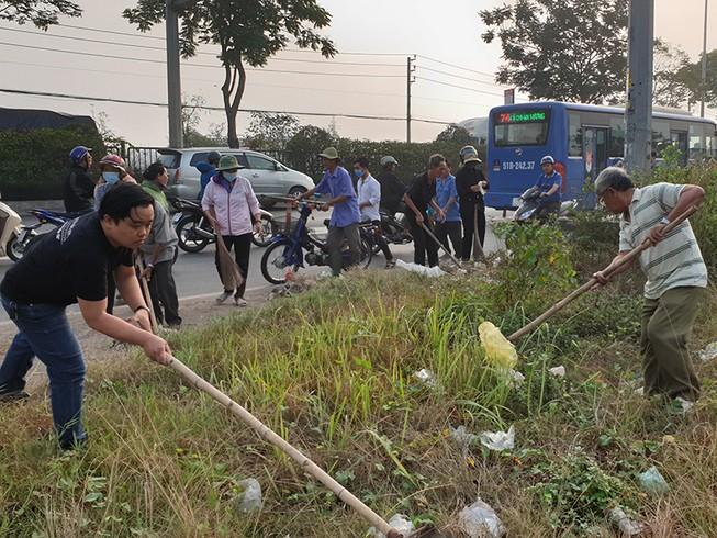 500 người cùng dọn rác ngày giáp tết ở quốc lộ 22