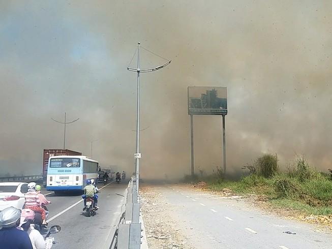 Cháy lan từ đốt rác, khu dân cư náo loạn ngày giáp tết