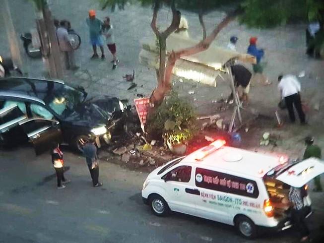 Xe Mercedes tông chết tài xế Grab và nữ tiếp viên trọng thương