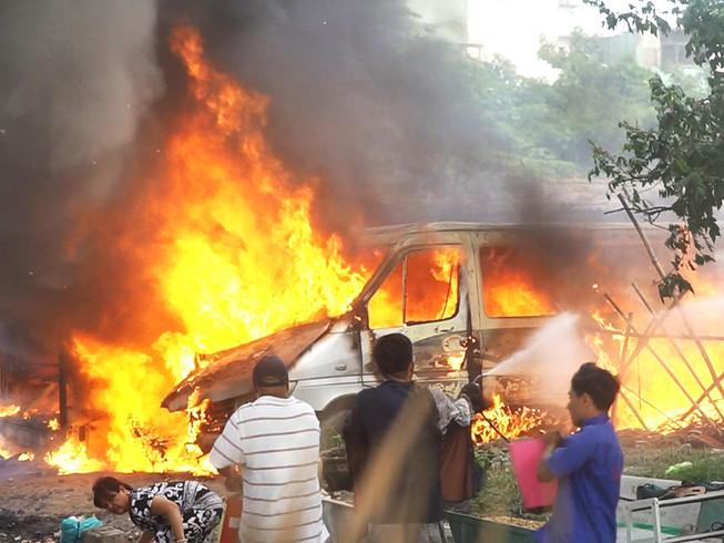 Bình Tân: 2 ô tô cháy bùng trong khu đất trống