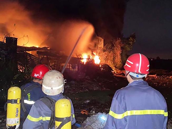 Công ty nhựa ở Củ Chi bị cháy lúc rạng sáng