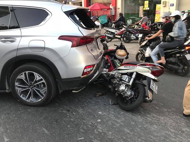 Ô tô nổ lốp gây tai nạn liên hoàn đường Phan Văn Trị