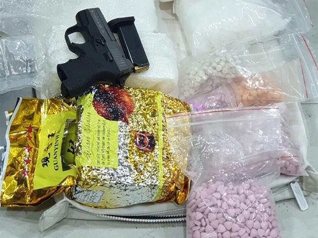 Tài xế xe ôm tàng trữ súng vận chuyển ma túy