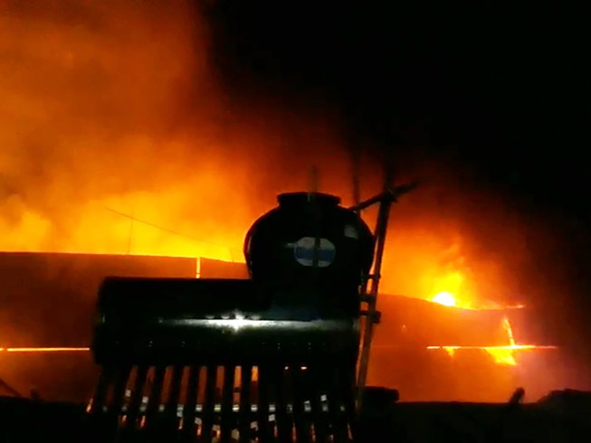 Nhà xưởng công ty nhựa ở Bình Chánh chìm trong biển lửa