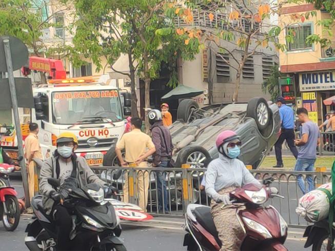 Ô tô lật ngửa sau khi tông biển báo, tài xế may mắn bị xây xát