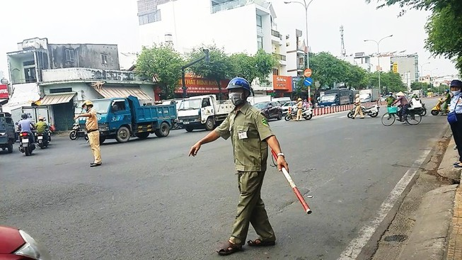 2 kẻ giật điện thoại ở Tân Bình bị người dân tóm gọn