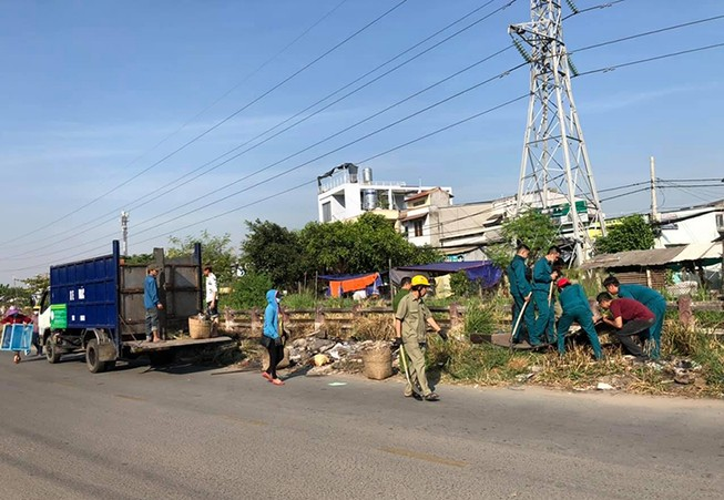 Ra quân dọn dẹp trên đường song hành Phạm Văn Đồng