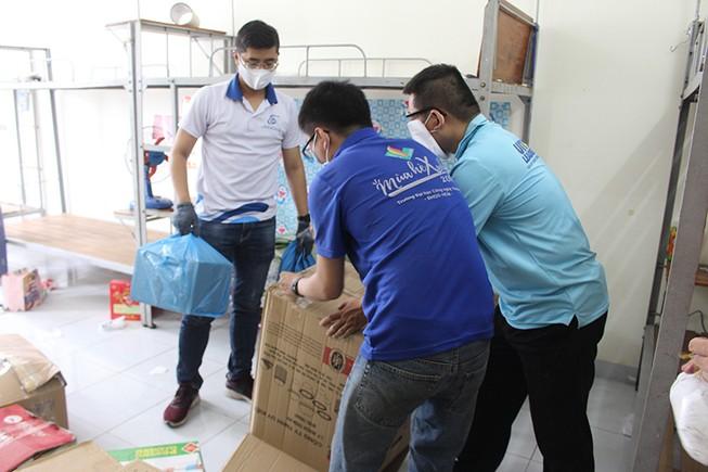 Hàng trăm tình nguyện viên dọn ký túc xá đón người cách ly