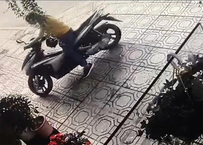 Một phụ nữ bẻ khoá trộm xe máy ở quận 1