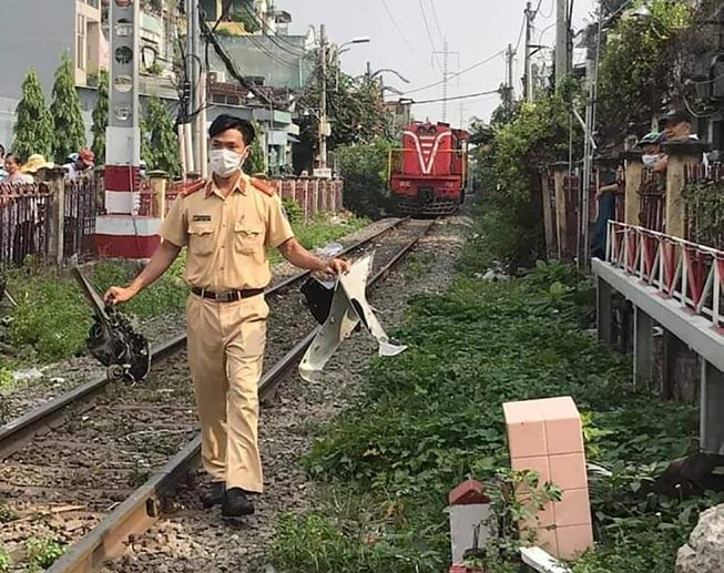 Nam thanh niên giao hàng bị tàu hoả tông ở Phú Nhuận