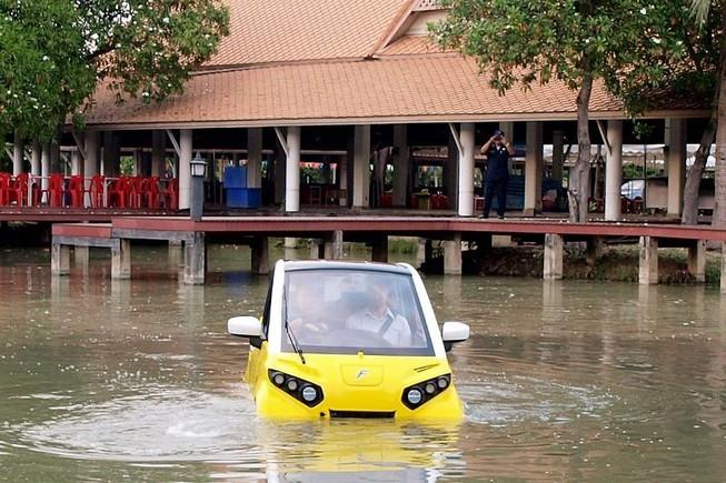 Chiếc xe điện Fomm Concept One có khả năng bơi trong nước