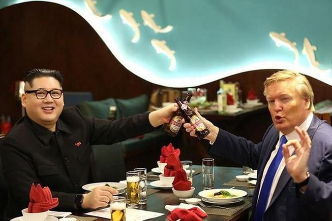 """Bản sao của ông Donald Trump và ông Kim Jong-un cùng nhau dùng bữa tối tại Hà Nội kèm thông điệp """"Hòa bình""""- Ảnh: Facebook"""