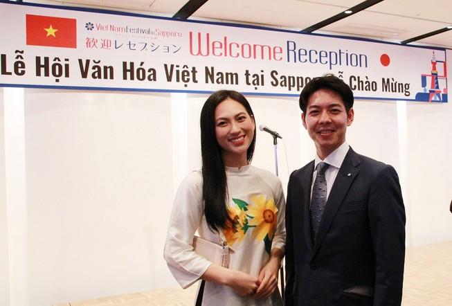 Phương Anh Đào trở thành 'fan' của thống đốc trẻ nhất Nhật Bản