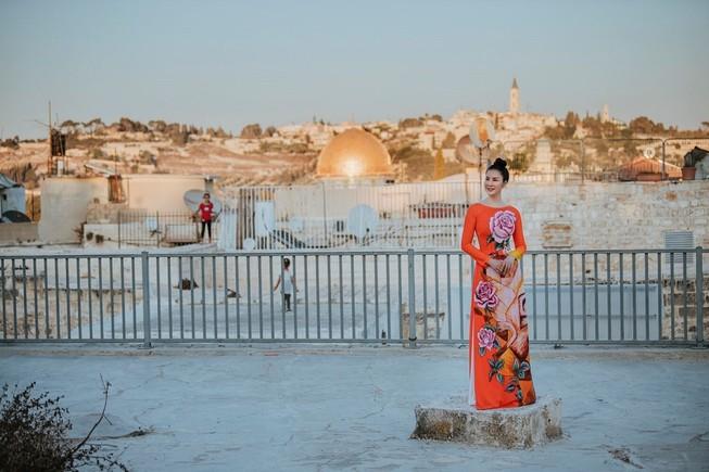MC Thanh Mai khoe nhan sắc không tuổi với áo dài tại Israel