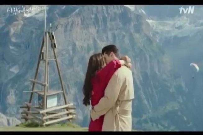 Cặp đôi Hyun Bin và Son Ye Jin gây tò mò với cảnh hôn nhau