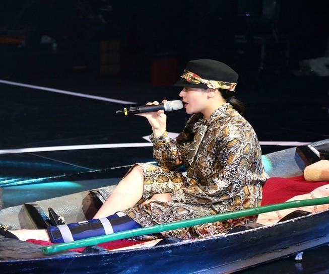 Nhật Kim Anh đứt dây chằng vẫn nén cơn đau lên sân khấu