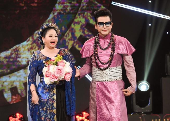 MC Thanh Bạch tự hào với quần áo 'quái dị' do mình thiết kế