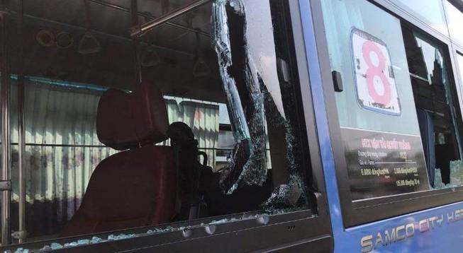 Nhóm người mang mã tấu đập phá xe buýt ở Thủ Đức