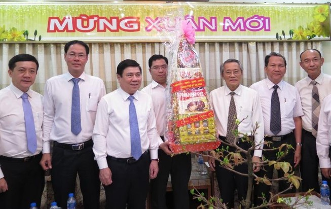 Chủ tịch UBND TP.HCM tặng quà cho Tổng Liên hội Hội thánh Tin lành Việt Nam (miền Nam). Ảnh: TL