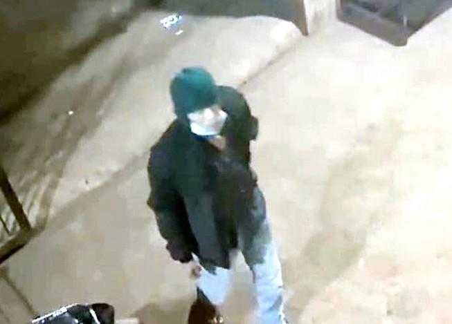 Hình ảnh hung thủ được camera an ninh nhà ông Sơn ghi lại. Ảnh: LQL
