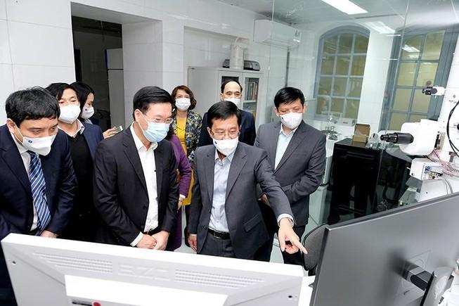 Thường trực Ban Bí thư Võ Văn Thưởng đến thăm, làm việc tại Viện Vệ sinh dịch tễ Trung ương. Ảnh: VGP