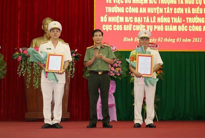 Thượng tá Ngô Cự Vinh (thứ nhất bên trái) và Đại tá Lê Hồng Thái, Trưởng Phòng Cục C05 được điều động, bổ nhiệm làm Phó giám đốc công an Bình Định. Ảnh: VGP