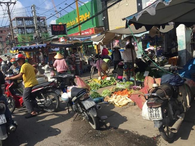 Buôn bán tự nhiên ngoài đường như chợ nhà mình