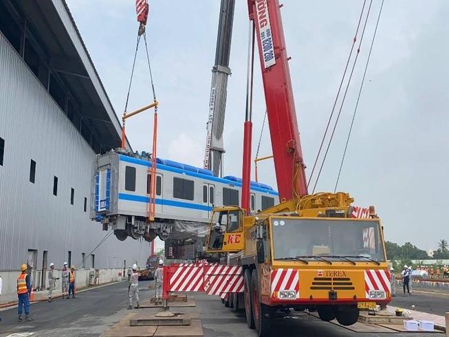 Đang ráp đoàn tàu metro 1 lên depot Long Bình