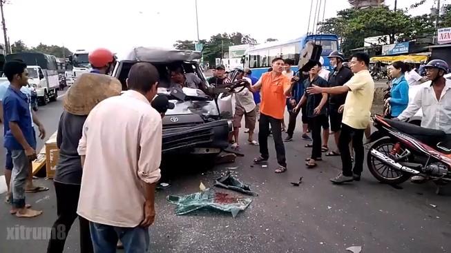 Dùng xe cẩu cứu tài xế khỏi ô tô bị biến dạng