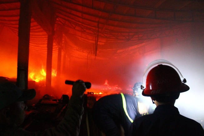 Người dân giúp xưởng gỗ bị cháy di dời giữa đêm