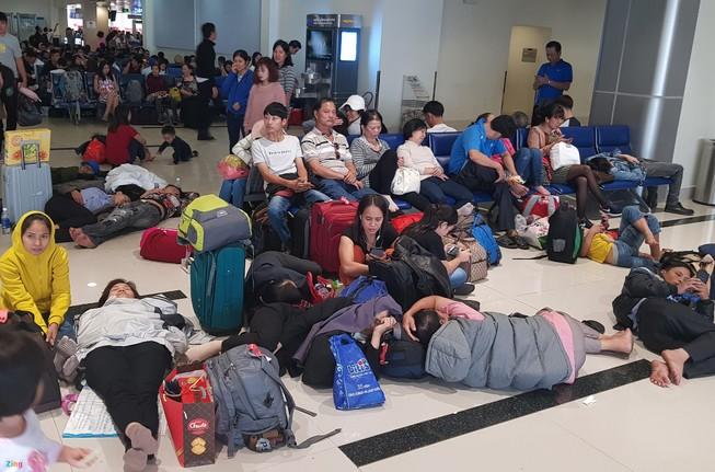 29 Tết, sân bay Tân Sơn Nhất vẫn đông nghẹt