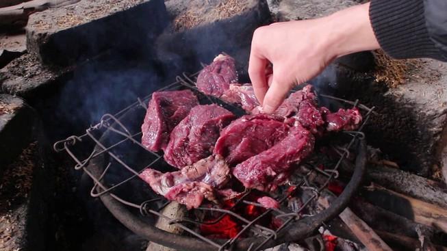 Thường xuyên nấu ăn bằng than, gỗ sẽ tăng nguy cơ tim mạch