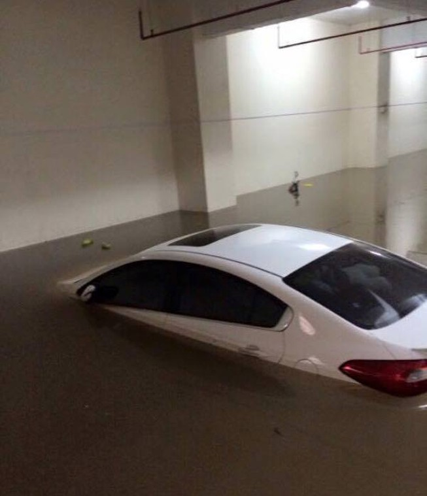 Mưa bão và hiểm họa gây thủy kích ô tô