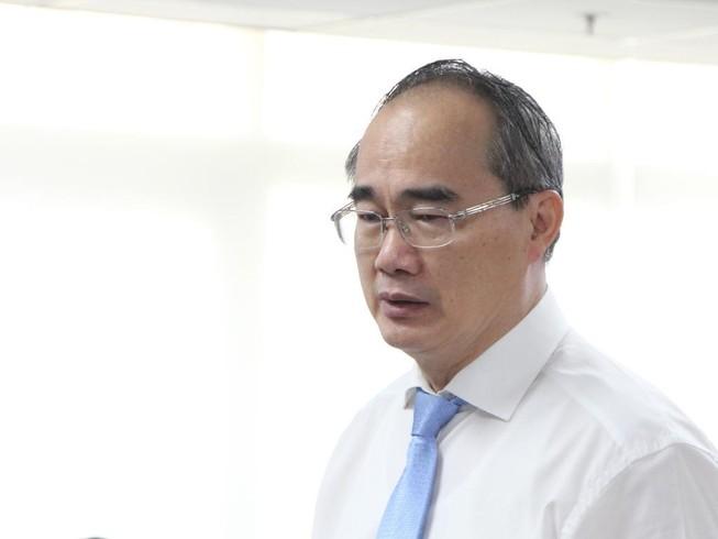 Bí thư Thành ủy TP.HCM Nguyễn Thiện Nhân trả lời báo chí. Ảnh: TÁ LÂM