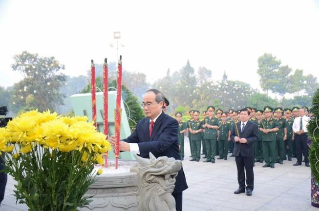 Lãnh đạo TP.HCM dâng hương Bác Hồ và các anh hùng liệt sĩ