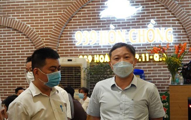 Phó Chủ tịch UBND TP.HCM Dương Anh Đức đang kiểm tra quán nhậu Hòn Chồng (đường Hoàng Sa, quận 3). Ảnh: PHƯƠNG THÙY