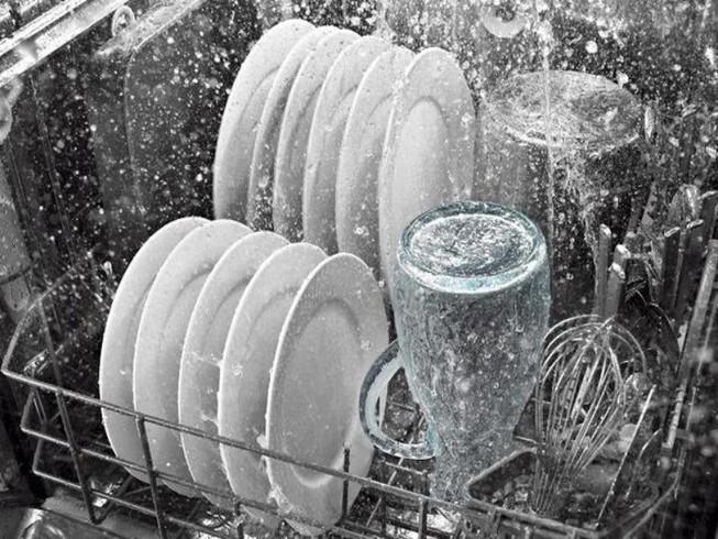 Tráng bát, đũa bằng nước sôi trước khi ăn, có sạch vi khuẩn?