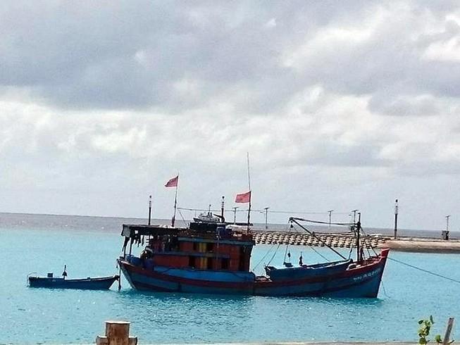 Trạm xá đảo Sinh Tồn cứu sống 1 ngư dân bị dập nát tay