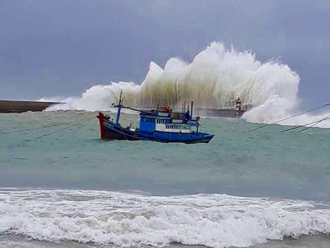 Nước dâng, sóng lớn ở huyện đảo Phú Quý, Phan Thiết đang mưa