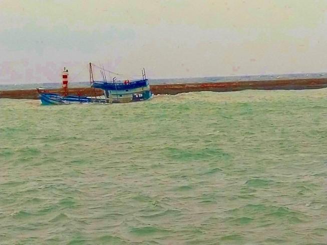 Tàu chở 71 tấn dầu đang chìm gần đảo Phú Quý